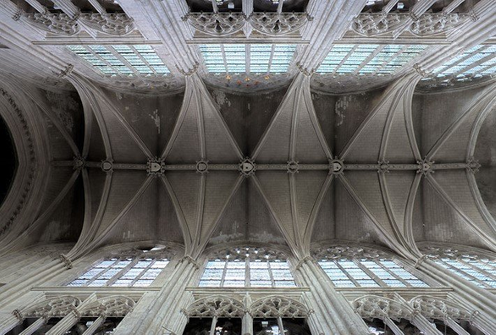 Vaults of the Cathedral Saint-Gatien in Tours, France, showing the curved 'X' forms from below meeting pointed arches. © Wikimedia Commons.